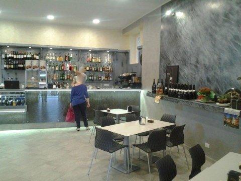 vista interna di un bar ristrutturato