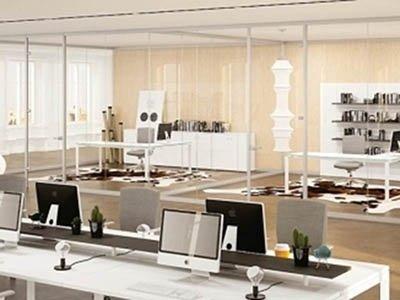 vista interna di un ufficio con scrivanie e computer