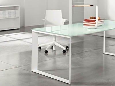 ufficio con scrivania in cristallo