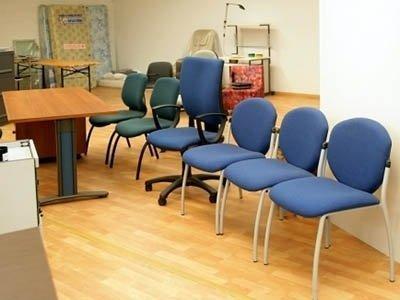 una fila di sedie da ufficio