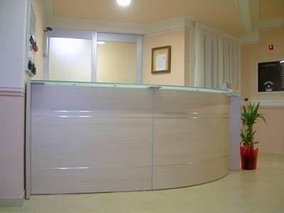 una reception in legno
