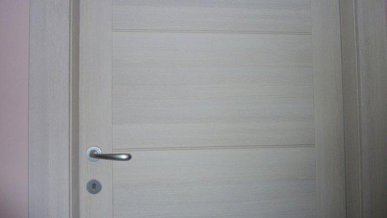 dettaglio porta e maniglia