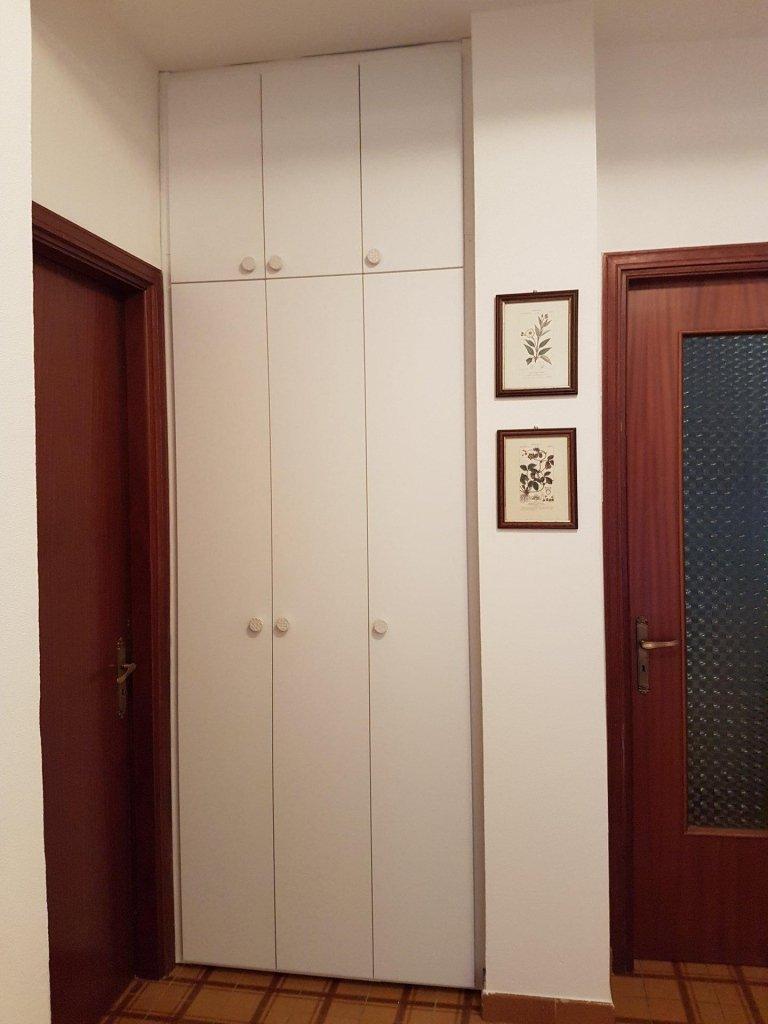 armadio fatto su misura di color bianco