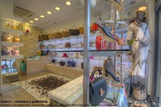 barse, braccialetti e collane esposti in un negozio