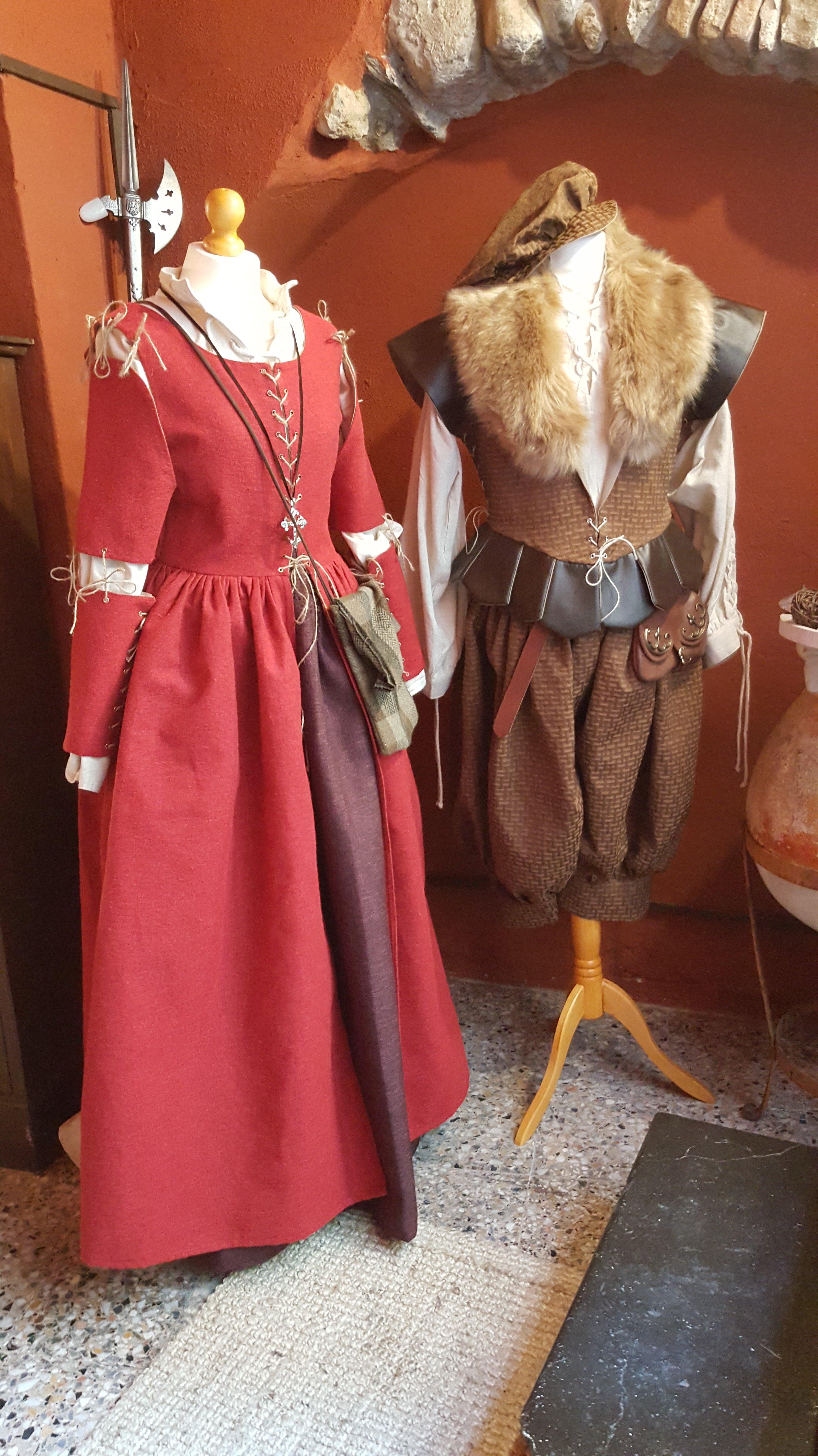 Coppia di vestiti rinascimentali da ceto medio, uomo e donna