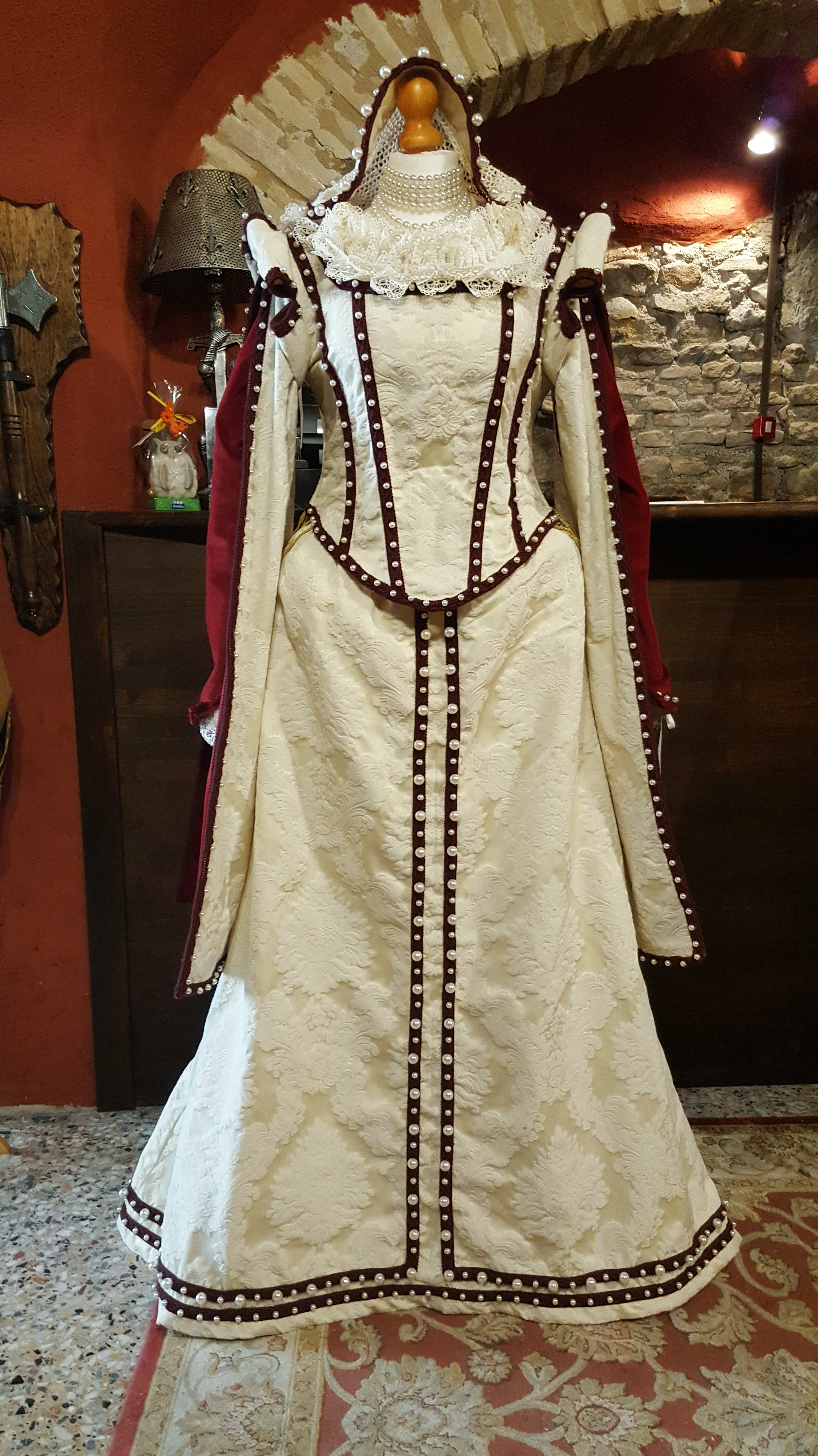 Veste rinascimentale da donna color avorio e  rosso