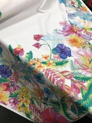 un tessuto bianco con fiori di diversi colori