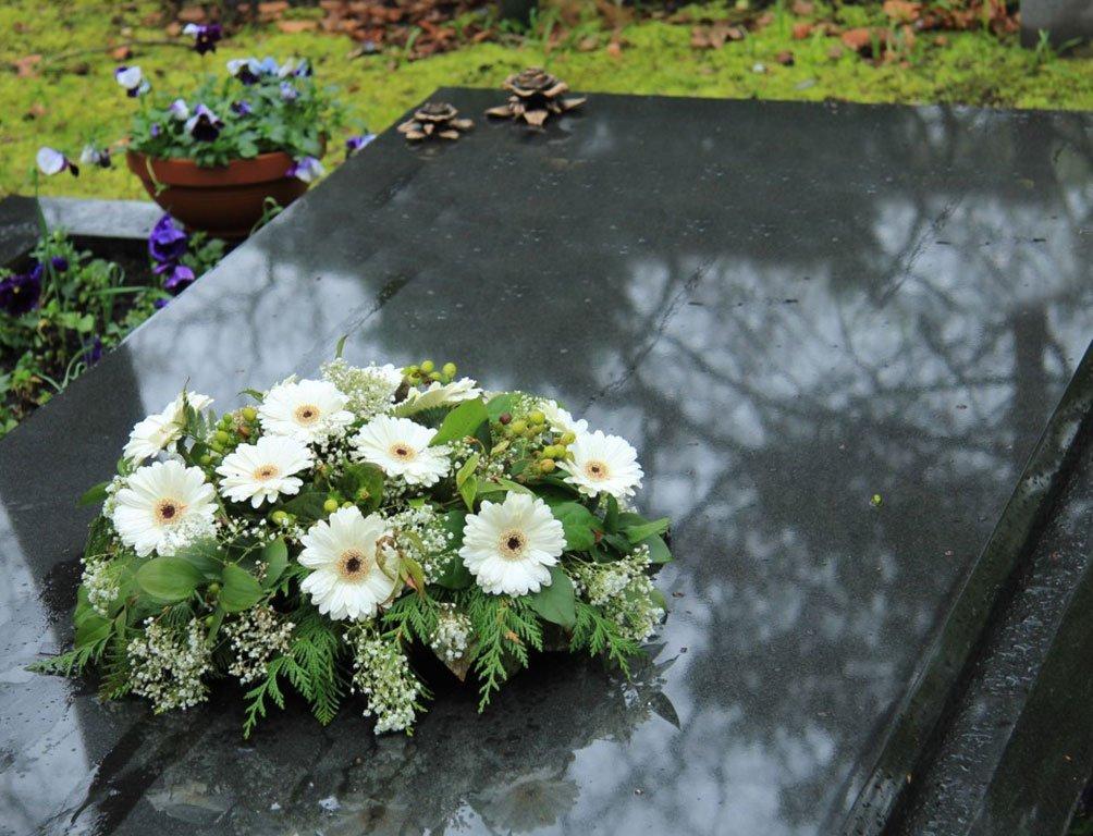 lapide con composizione floreale