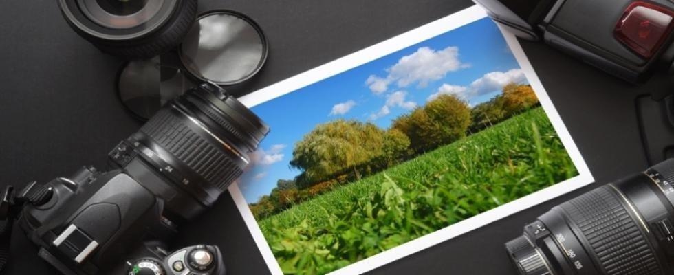 macchine fotografiche vicino ad una fotografia