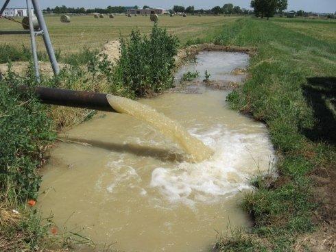 irrigazione campo agricolo