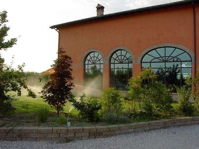 giardino con sistema d'irrigazione