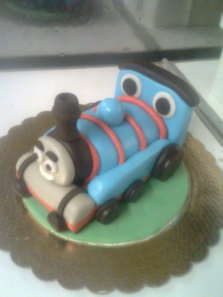 Una torta a forma di treno azzurro