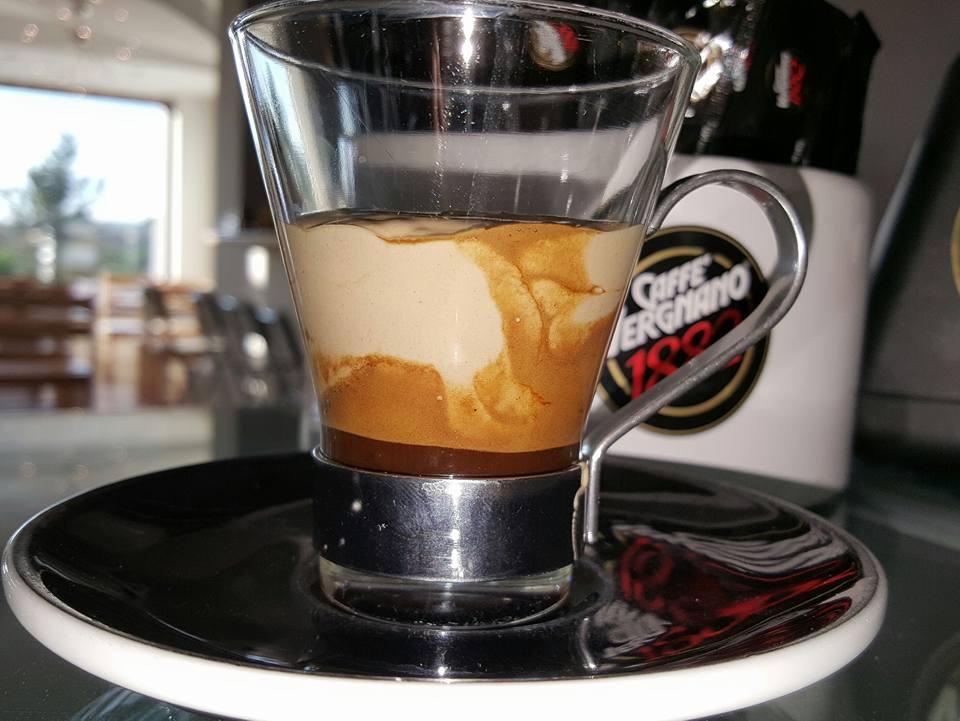 Una tazza di caffè macchiato
