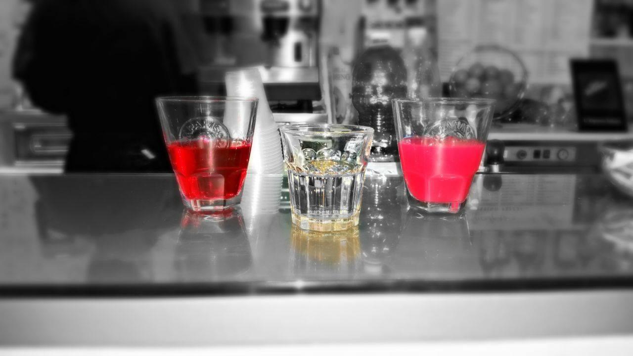 Tre bicchieri con dei liquori