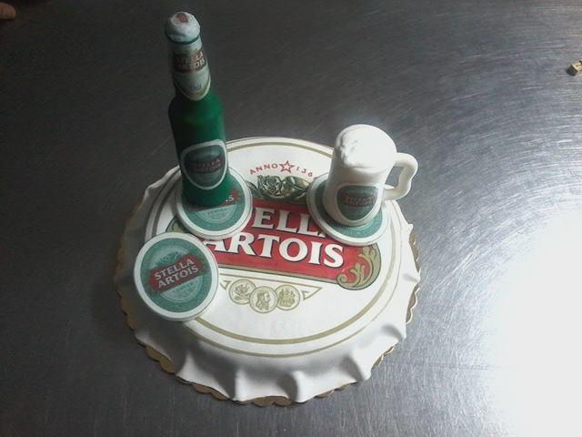 Una torta a forma di tappo di una bottiglia di birra con