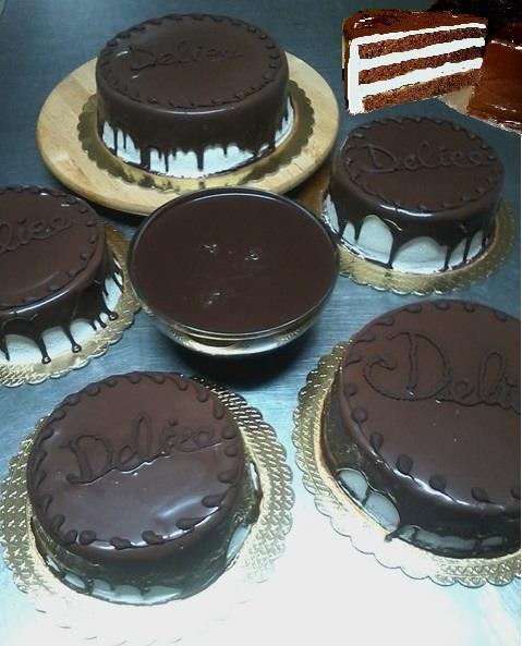 Delle torte ricoperte di cioccolato e delle scritte Delice sopra