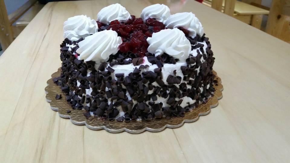 Una torta alla foresta nera con panna, cioccolato e frutta candita