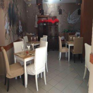 i tavoli e le sedie in un ristorante