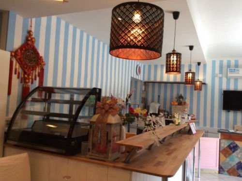 interno di un ristorante con lampade a sospensione