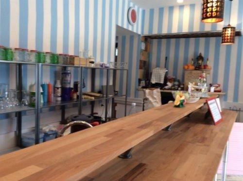 un bancone in legno interno di un ristorante