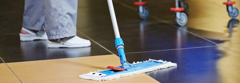 L'esperto pulendo il pavimento a Trieste