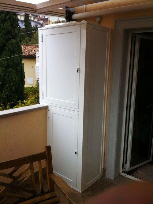 un armadio bianco su un balcone