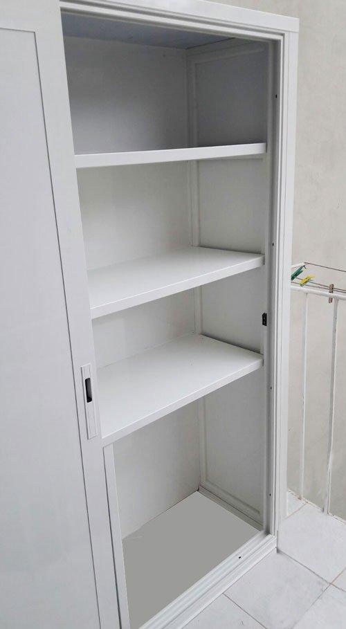 vista delle mensole all'interno di un armadio bianco