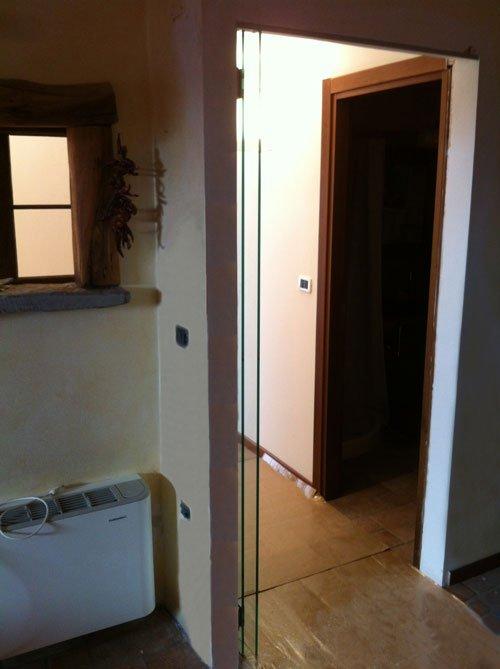 vista di un corridoio con un'entrata a una stanza