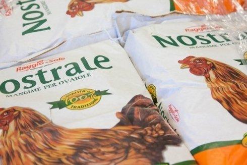 Sacchi di mangime per galline ovaiole.