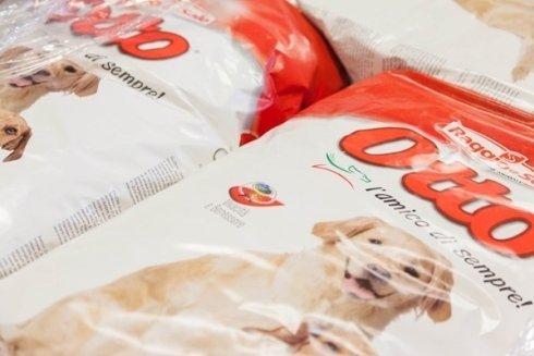Sacchi di cibo per cani.
