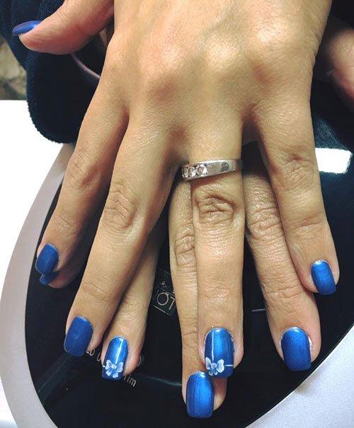 Unghie blu con legami bianchi
