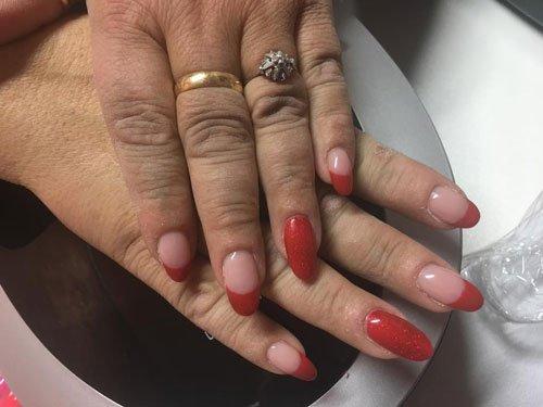 Smalto francese in rosso con due unghie rosse