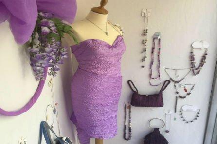 abito viola su corpetto da sarta
