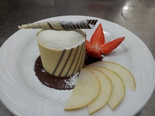 Gelato con cioccolato, fragole e lamelle di frutta