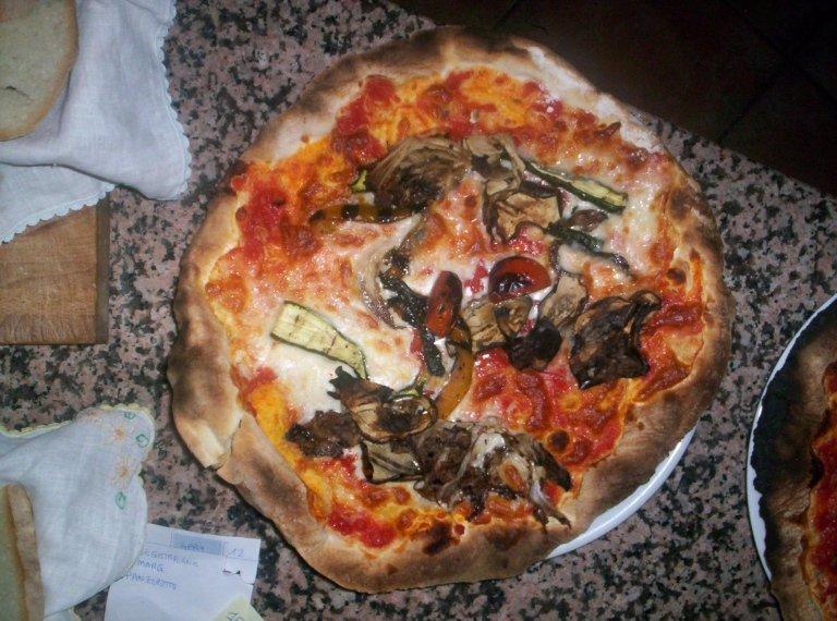 pizza con ortaggi freschi