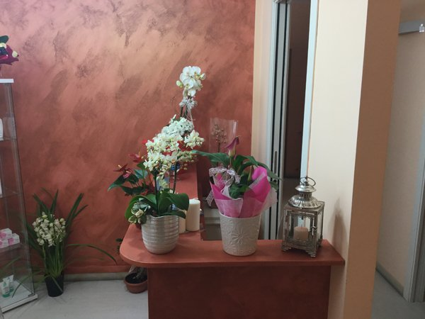 tavolo con composizioni floreali