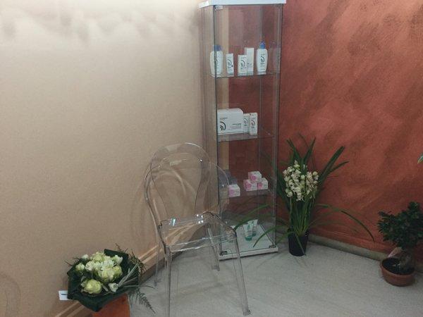 vetrina con prodotti posizionata in un angolo