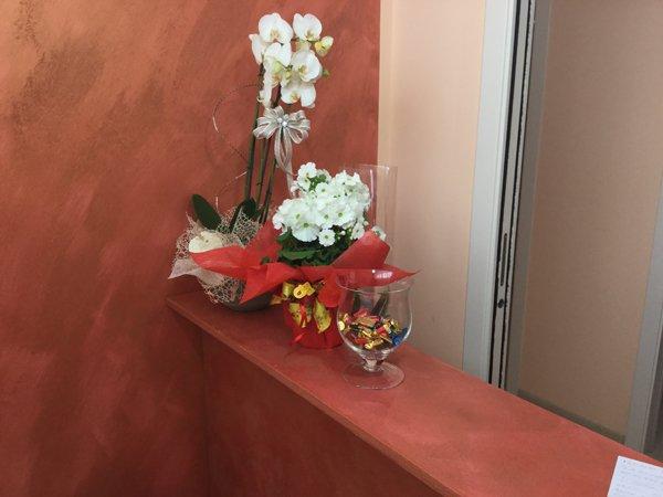 composizione di fiori dentro un vaso