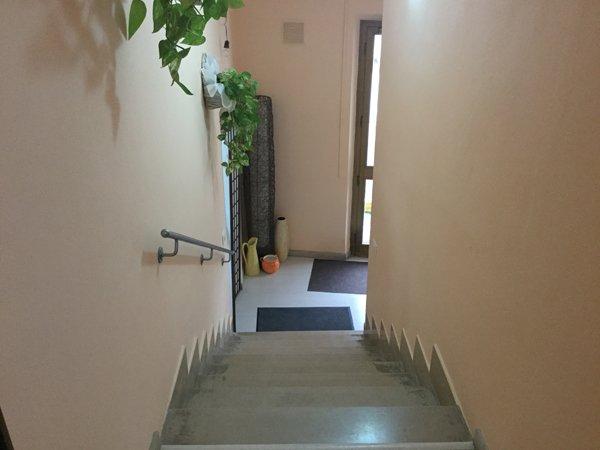 vista dall`alto della scalinata veso l`uscita del centro benessere