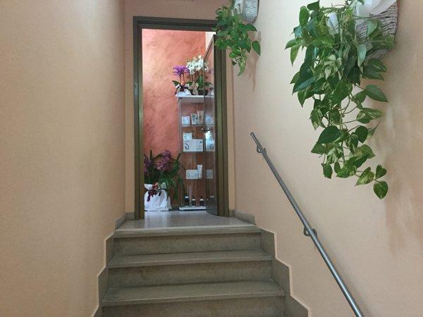 scalinata verso l`entrata del centro benessere