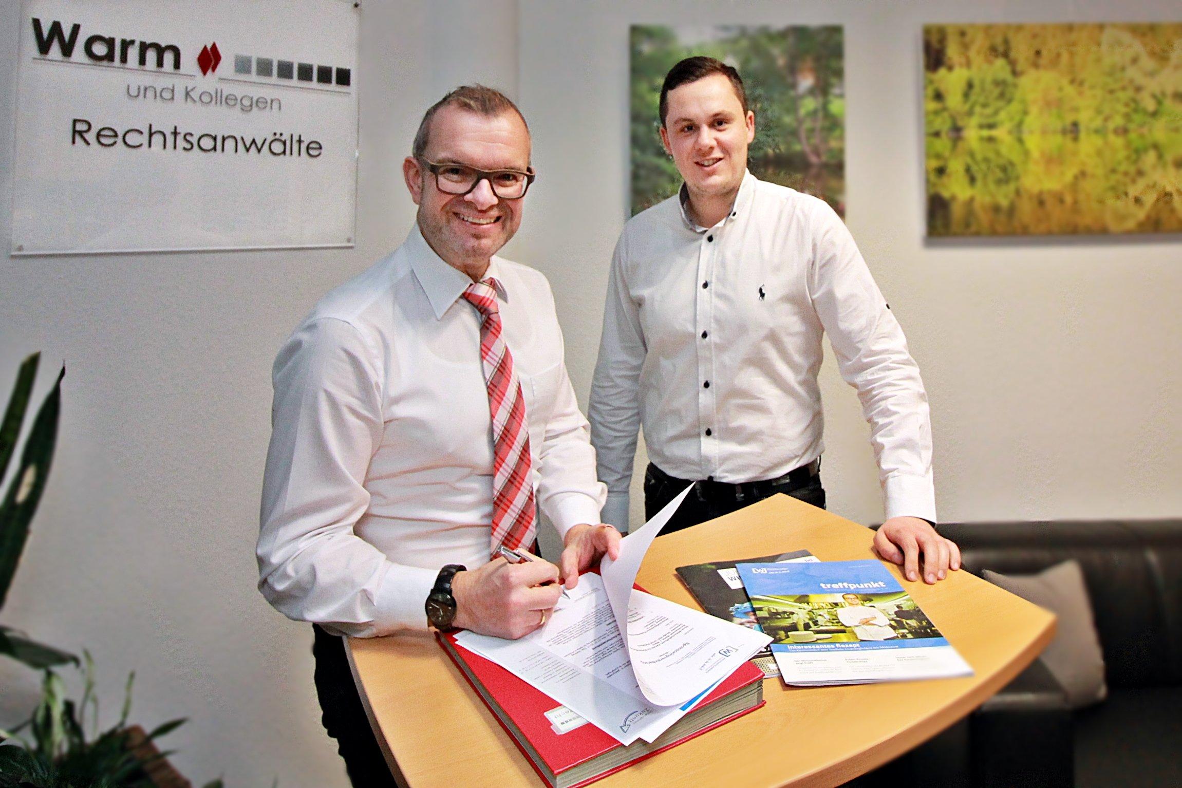 Wirtschaftsclubmitglied Rechtsanwalt Martin J. Warm mit dem Geschäftsführer der Wirtschaftsjunioren Paderborn + Höxter Daniel Beermann bei der Vertragsunterzeichnung