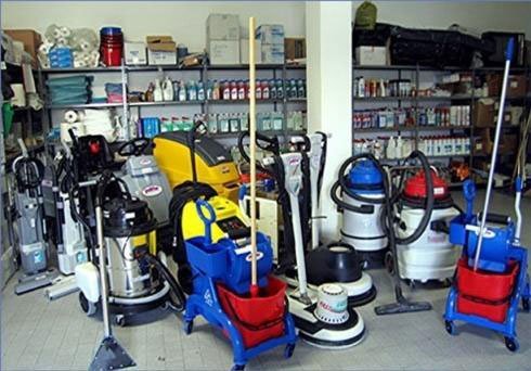 attrezzatura per pulizie industriali, lavasciuga monospazzola, mocio e aspiratutto