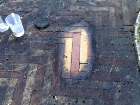 un pavimento sporco e la visuale si focalizza sull'unico punto pulito