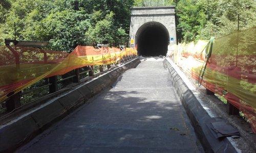 manto stradale di fronte a un tunnel