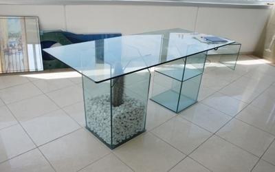 Tavolo in vetro fermo