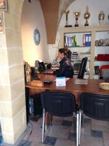 una donna seduta a una scrivania
