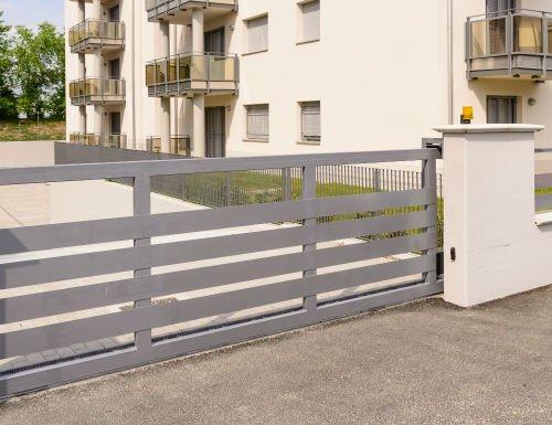 un cancello grigio