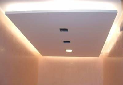 un pannello bianco appeso al soffitto con delle luci