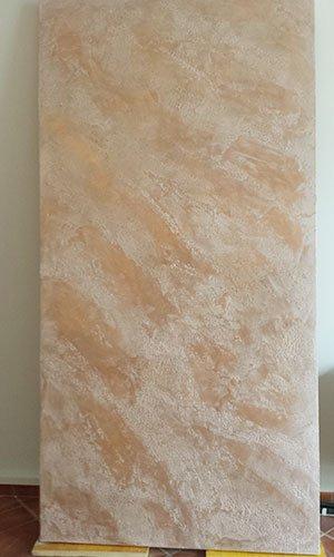 una pannello color sabbia e bianco da una diversa angolazione