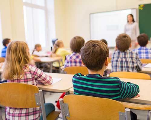 una classe con un insegnate e dei bambini